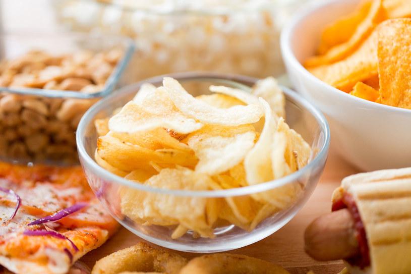 Wybieramy chipsy, ciastka, słodycze zamiast orzechów czy przekąsek zbożowych /123RF/PICSEL