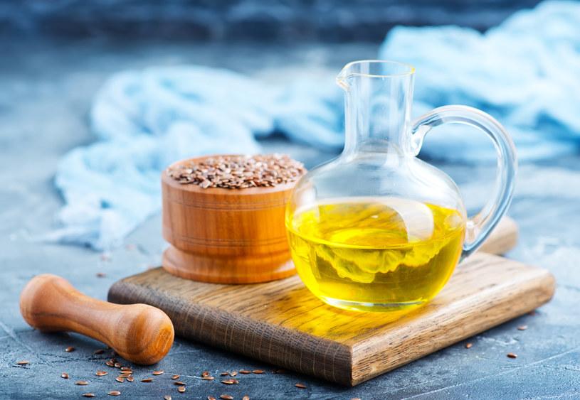 Wybierz nierafinowany olej lniany i przechowuj go w lodówce /123RF/PICSEL
