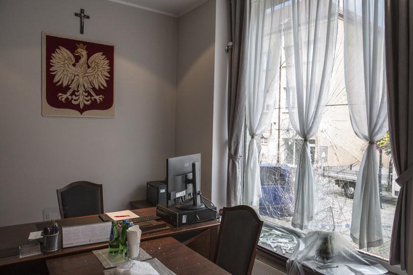 Wybita szyba w biurze przy ul. Długiej /Marek Maliszewski  /Reporter