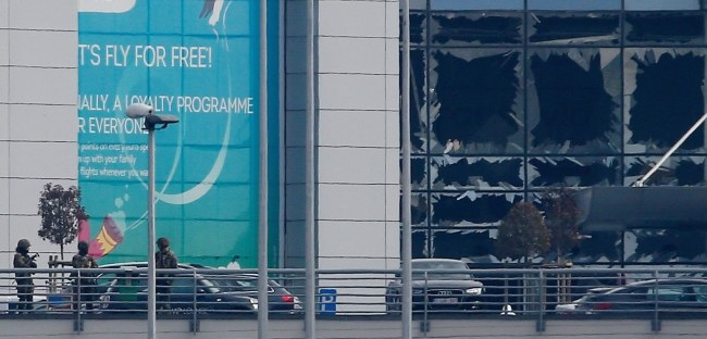 Wybite szyby w oknach budynku brukselskiego lotniska /PAP/EPA
