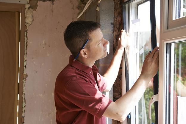 Wybór okien jest jedną z kluczowych decyzji przy budowie domu /©123RF/PICSEL
