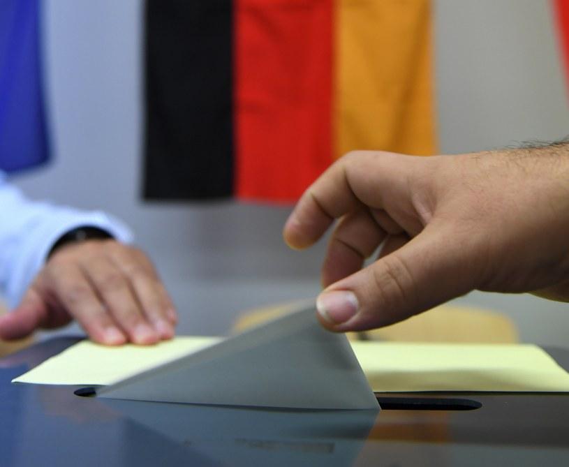 Wyborca podczas oddawania głosu / PAP/EPA/David Hecker /PAP/EPA
