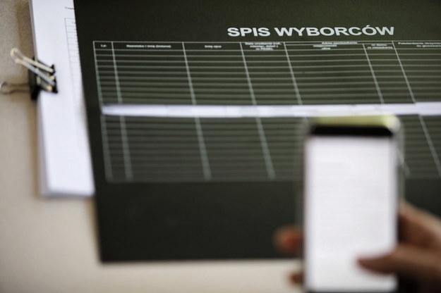 Wybory prezydenckie 2020 - II tura. Głosowanie w jednym z lokali wyborczych w Warszawie /Leszek Szymański /PAP