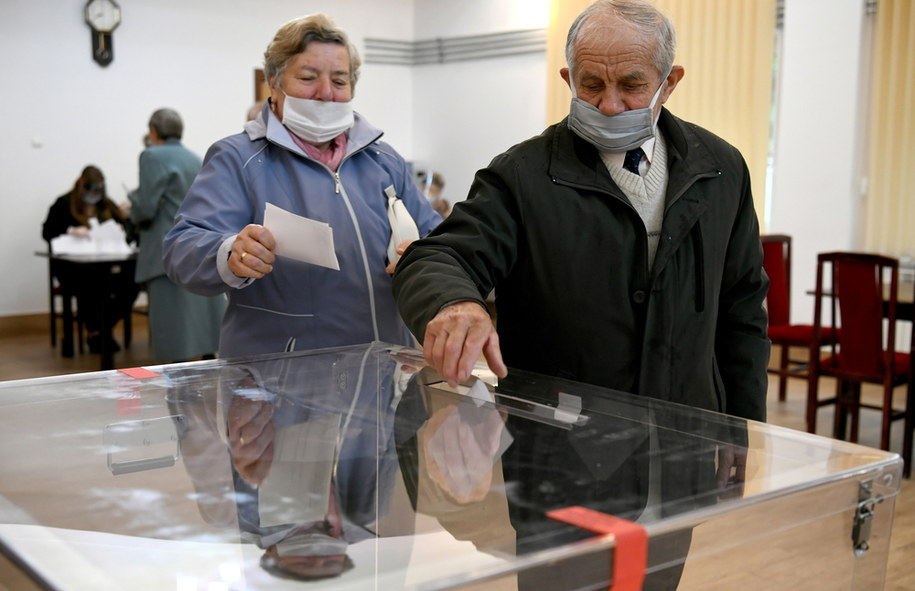 Wybory prezydenckie 2020 - II tura. Głosowanie w lokalu Obwodowej Komisji Wyborczej nr 10 w Żurawicy /Darek Delmanowicz /PAP