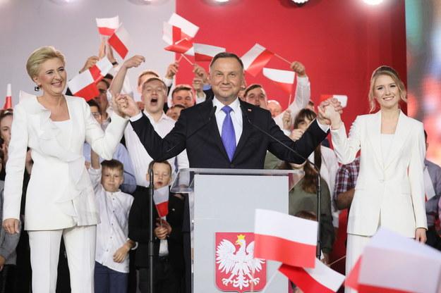 Wybory prezydenckie 2020 - II tura. Ubiegający się o reelekcję prezydent Andrzej Duda (C) wraz z małżonką Agatą Kornhauser-Dudą (L) i córką Kingą (P) podczas wieczoru wyborczego w Pułtusku /Leszek Szymański /PAP