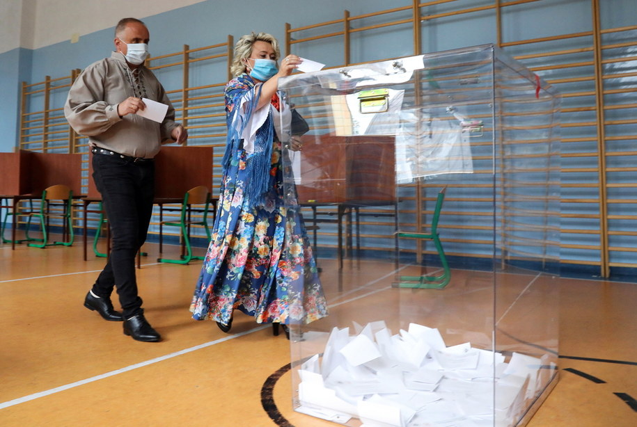 Wybory prezydenckie. Głosowanie w obwodowej komisji wyborczej w Bukowinie Tatrzańskiej / Grzegorz Momot    /PAP