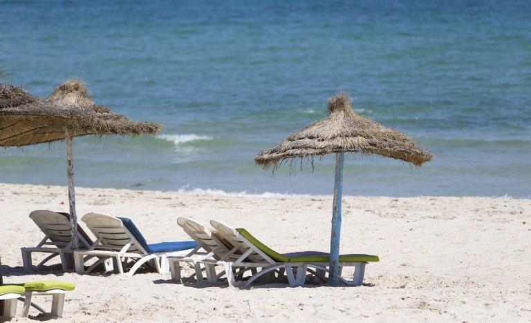 Wybralibyście się teraz na wakacje do Tunezji? /KENZO TRIBOUILLARD /AFP