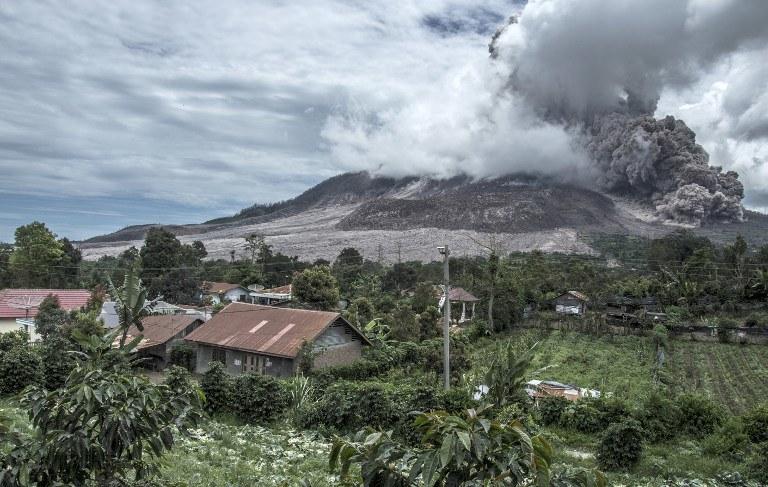 Wybuch wulkanu wulkanu Sinabung na Sumatrze /SUTANTA ADITYA / AFP /AFP