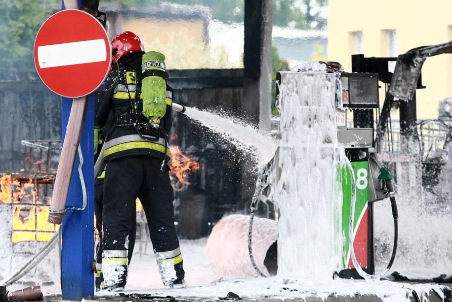 Wybuch zbiorników z łatwopalną substancją spowodował, 31 bm. pożar na terenie zakładu zajmującego się dystrybucją i sprzedażą paliw w Płocku /Marcin Bednarski /PAP