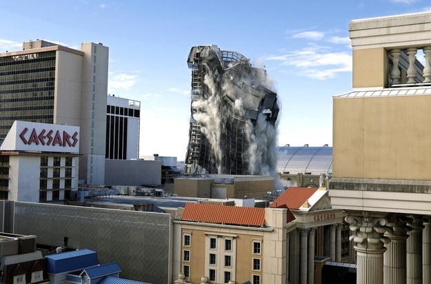 Wyburzenie kasyna było wielkim wydarzeniem /Peter Foley /PAP/EPA