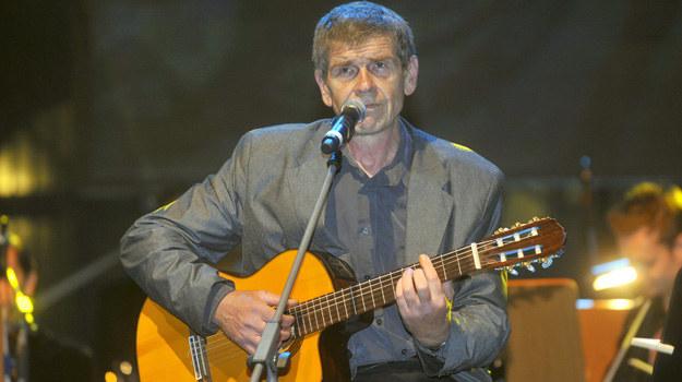 – Wychodząc z nałogu, zyskałem dużo czasu, więc zacząłem uczyć się języków – opowiada Lech Dyblik. – Poznałem angielski, francuski, a gdy usłyszałem piosenki z Odessy, postanowiłem zostać rosyjskim piosenkarzem. Dziś nie rozstaję się z gitarą /Kurnikowski /AKPA