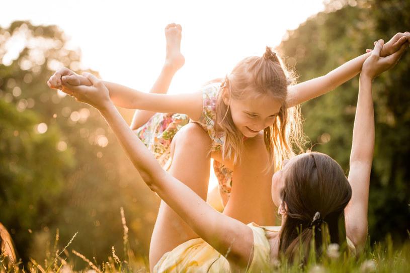 """""""Wychowanie bez błędów jest mitem. Nic takiego nie istnieje. I nie tylko nie istnieje, ale wręcz nie powinno istnieć. Rodzice są ludźmi. Popełniają więc błędy i nie wiedzą wszystkiego"""" /123RF/PICSEL"""