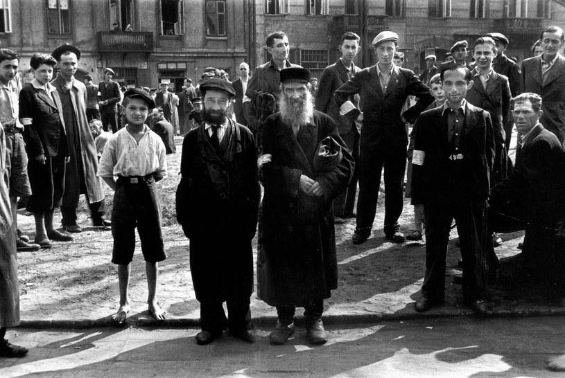 Wychudzeni i osłabieni Żydzi w warszawskim gettcie /Roger Viollet /East News