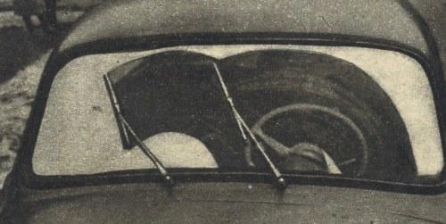 Wycieraczki pozostawiają prawą stronę szyby zamazana deszczem lub śniegiem. Można by powiększyć bezpieczeństwo jazdy przez przesunięcie prawej wycieraczki w prawo (na zdjęciu to lewo). Szybkość wycieraczek — 32 lub 46 uderzeń na minutę. /Motor
