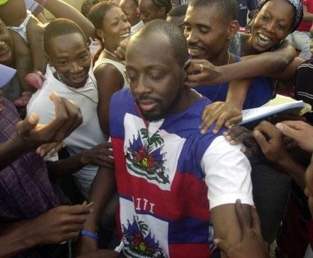 Wyclef Jean w otoczeniu Haitańczyków /arch. AFP