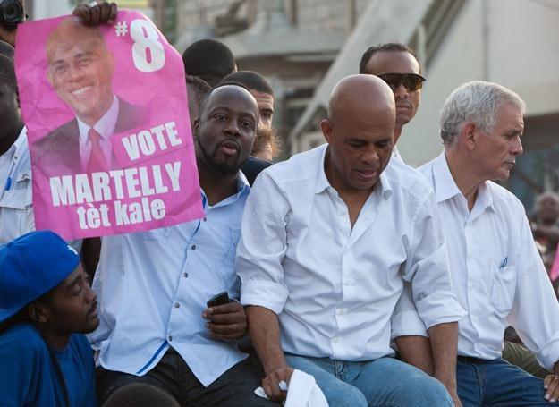 Wyclef Jean (z plakatem) aktywnie wspiera kampanię Michela Martelly'ego - fot. Brendan Hoffman /Getty Images/Flash Press Media