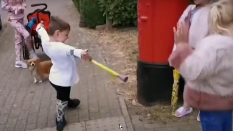 Wyczyn chłopca zachwycił internautów, którzy stwierdzili, że waleczny kilkulatek to już wzór do naśladowania /YouTube