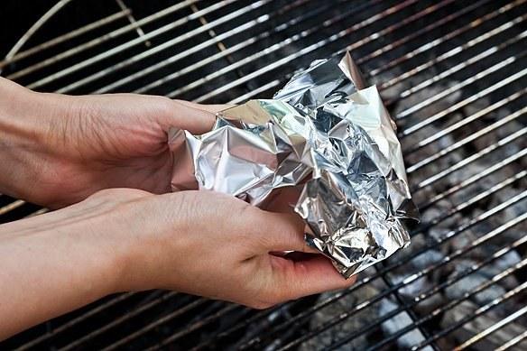 Wyczyść grill folią aluminiową /© Photogenica