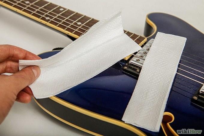 Wyczyścisz struny w gitarze /© Photogenica