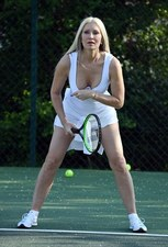 Wydekoltowana Caprice gra w tenisa!