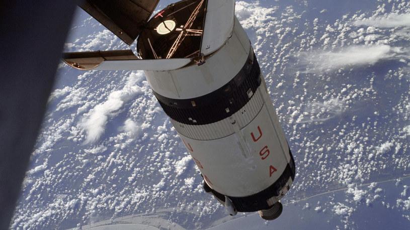 Wydłużony stopień rakiety Saturn S-IVB sfotografowany z pokładu Apollo 7 podczas manewrów /NASA