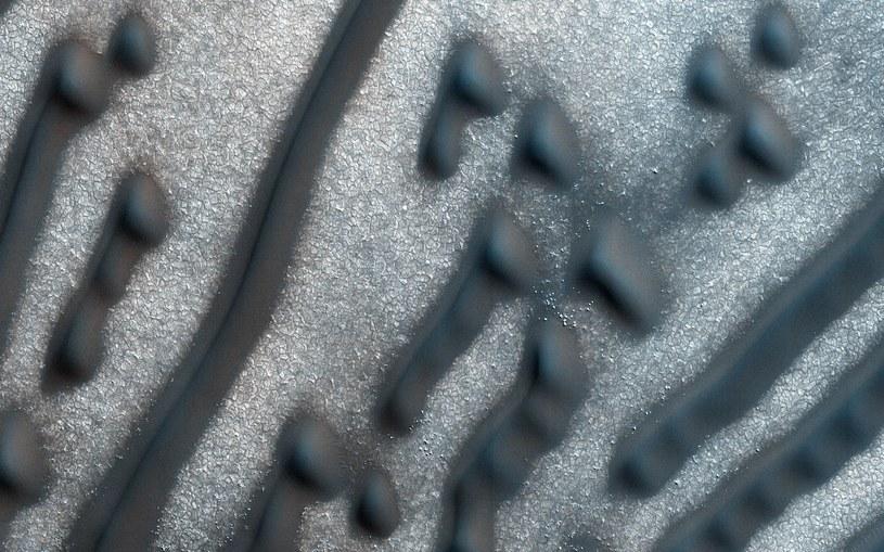 Wydmy na powierzchni Marsa wyglądają jak zakodowana wiadomość /NASA /Internet