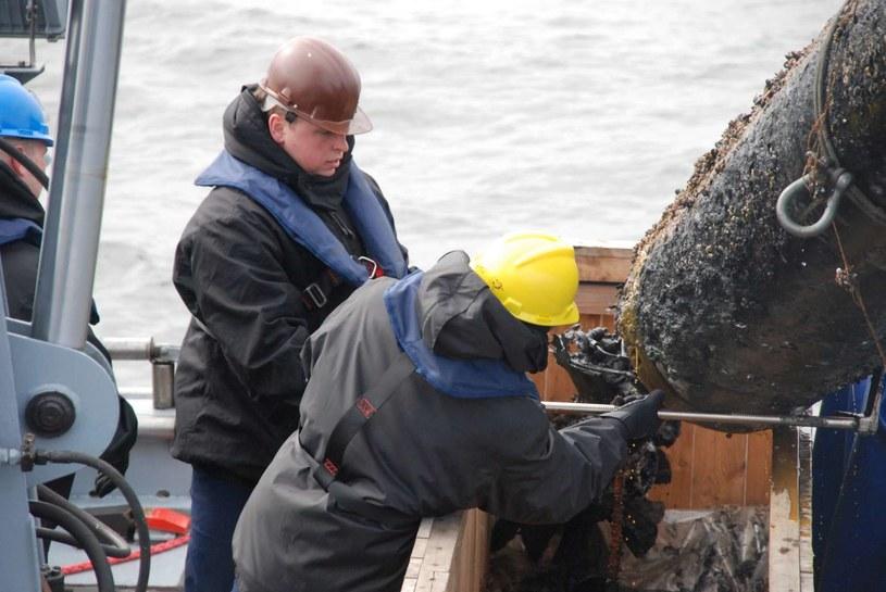 Wydobycie torpedy na pokład okrętu /RMF24