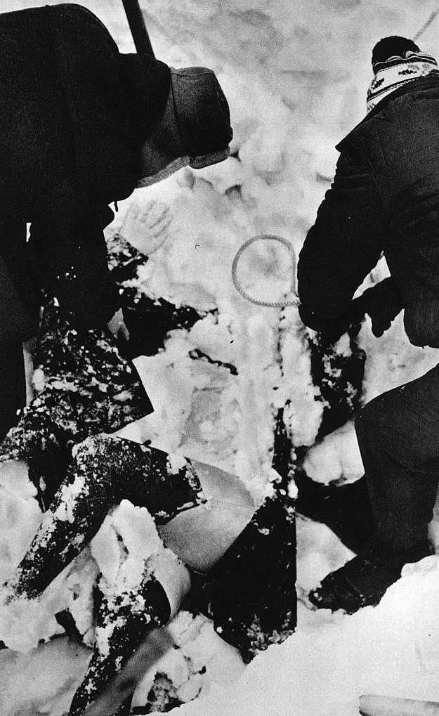"""Wydobywanie zwłok jednej z ofiar lawiny w Białym Jarze. Zdjęcie z albumu """"Samo życie"""" /Odkrywca"""
