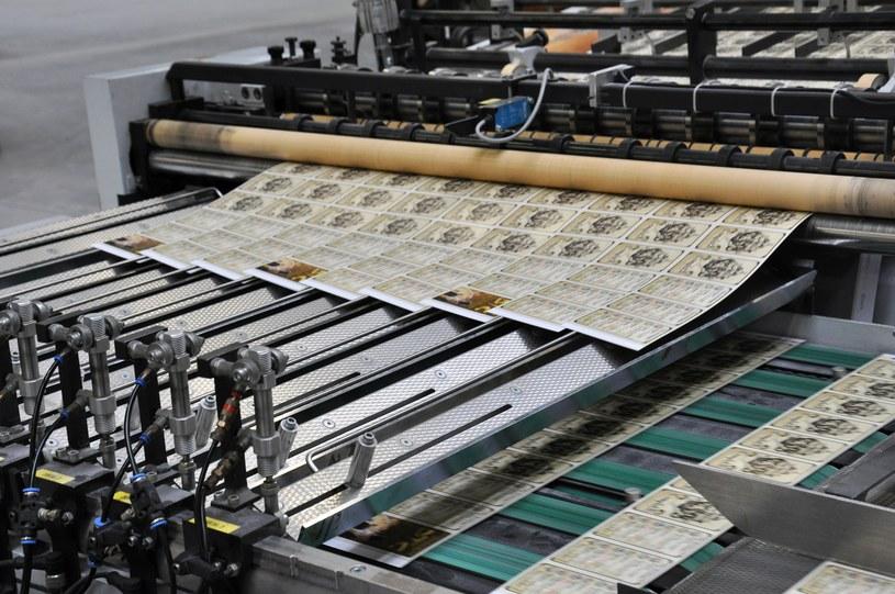 Wydrukowane karty muszą zostać odpowiednie pocięte i posortowane /INTERIA.PL/materiały prasowe