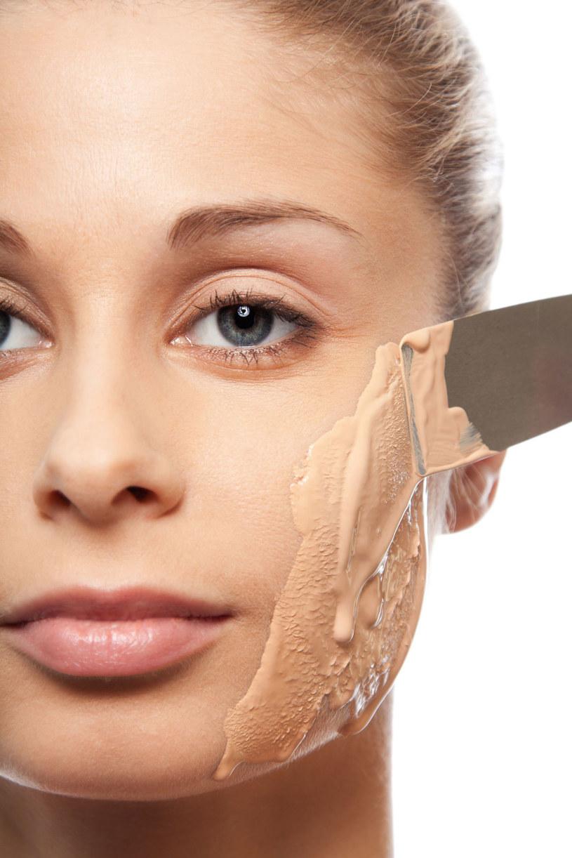 Wyglądasz na przemęczoną – skóra twarzy jest pozbawiona blasku, blada, sucha. To nie powód, by nakładać kryjący podkład. /123RF/PICSEL