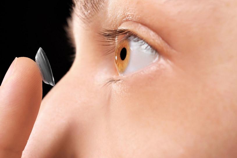 Wygodniejszym sposobem na prawidłowe widzenie jest noszenie soczewek kontaktowych /123RF/PICSEL