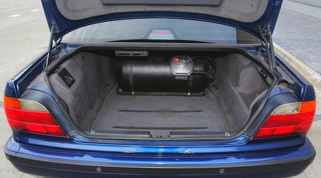 Wygodny dostęp do bagażnika. Pojemność 500 l sprawia, że nawet jeśli ogranicza go zbiornik na LPG i tak pozostaje sporo miejsca na bagaże. Pod podłogą – pełnowymiarowe koło zapasowe. /Motor