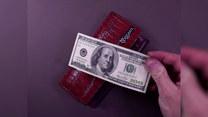 Wyjął pieniądze z portfela. Zaraz, zaraz...