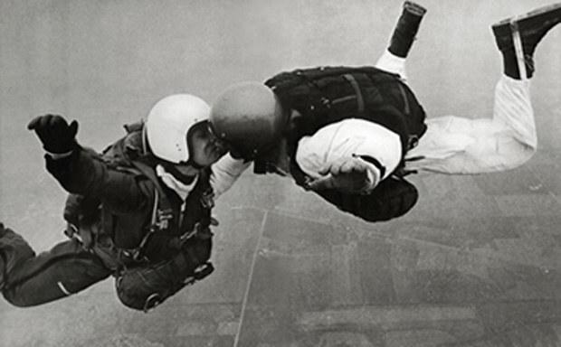"""Wyjątkowe zdjęcie wykonane Nikonem F - """"Pocałunek w locie"""", Chip Maury /materiały prasowe"""