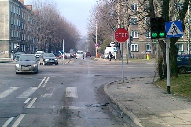 Wyjazd z Curie-Skłodowskiej - z prawej i lewej ul. Żywiecka (po 2 pasy w każdą stronę) /