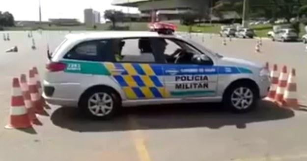 Wyjazd z tak ciasnego miejsca wydaje się być niemożliwy. Ale nie dla brazylijskiej policji /