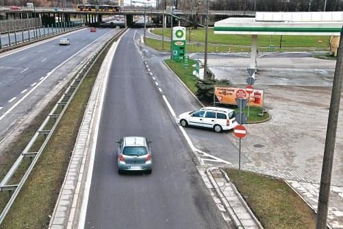 Wyjazd ze stacji paliw /Motor
