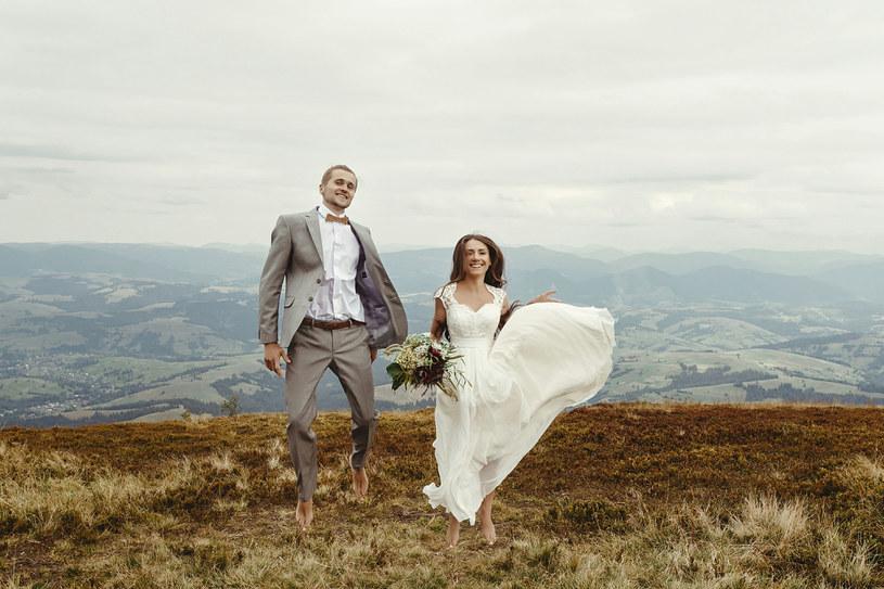Wyjazdy na dalekie śluby we dwoje lub tylko ze świadkami nie należą do rzadkości /123RF/PICSEL