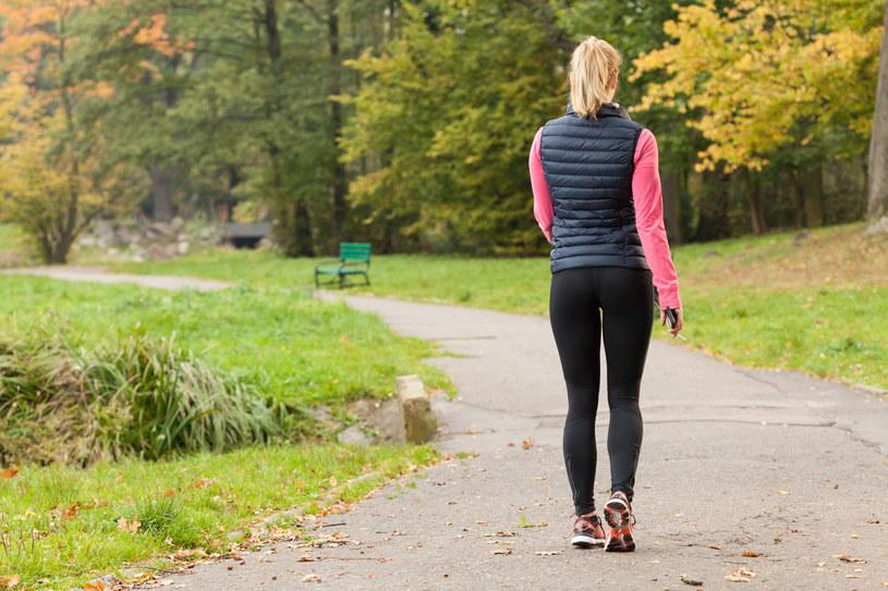Wyjdź na spacer - ból głowy może być spowodowany niedotlenieniem organizmu /123RF/PICSEL