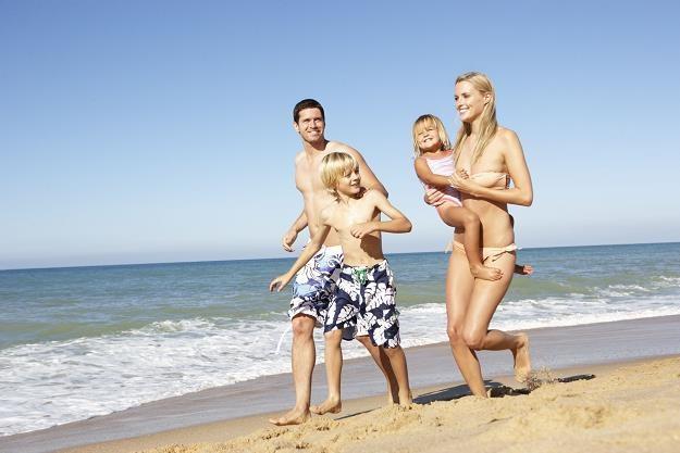 Wyjeżdżając na wakacje za granicę powinniśmy zabrać Europejską Kartę Ubezpieczenia Zdrowotnego /©123RF/PICSEL