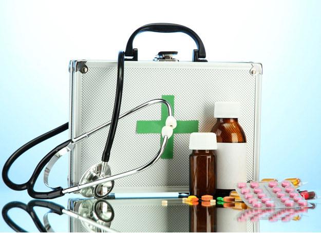Wyjeżdżając ze smykiem na wakacje, koniecznie zabierz ze sobą dyżurny zestaw preparatów. /123RF/PICSEL