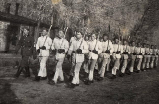 Wyjście do pracy z dolnośląskiego obozu RAD w 1941 r. Zb. Szymona Wrzesińskiego /Odkrywca
