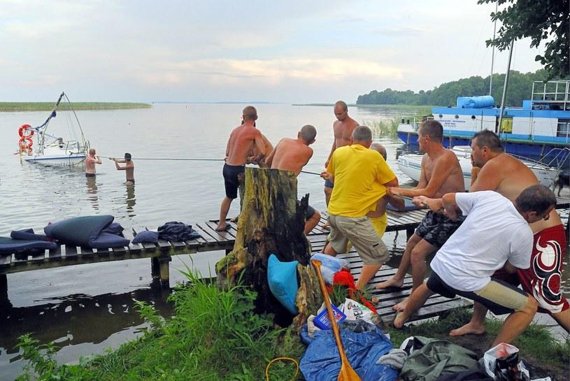 Wyjście z jeziora Mikołajskiego na Śniardwy: Akcja wydobywania zatopionej podczas białego szkwału żaglówki /Piotr Placzkowski /East News