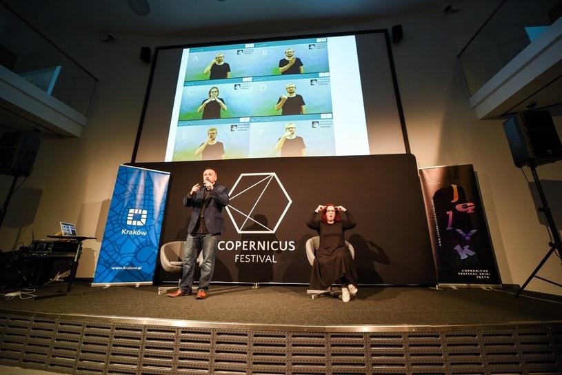 """Wykład """"Czy da się krzyczeć w języku migowym? O komunikacji Głuchych"""" odbywał się w ramach Copernicus Festival /Fot. Adam Koprowski /materiały prasowe"""