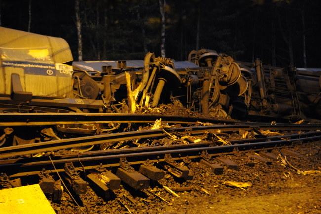 Wykoleiło się sześć wagonów /Marcin Bielecki /PAP