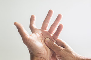 """Wykonaj """"test kciuka"""". Po tym poznasz, że grozi ci tętniak aorty"""