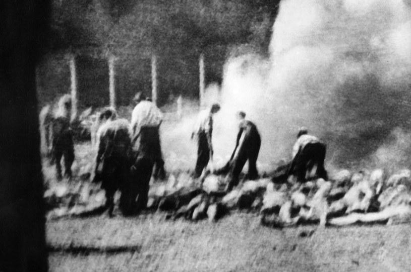 Wykonane potajemnie zdjęcie członków Sonderkommando palących zwłoki zamordowanych więźniów niemieckiego obozu koncentracyjnego Auschwitz-Birkenau /AFP