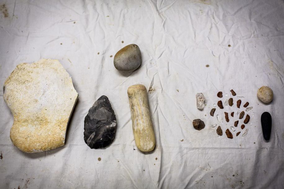 Wykonanie charakterystycznego pięściaka wymagało większych narzędzi (po lewej), niż tworzenie drobnieszych ostrzy /Emory University /Materiały prasowe