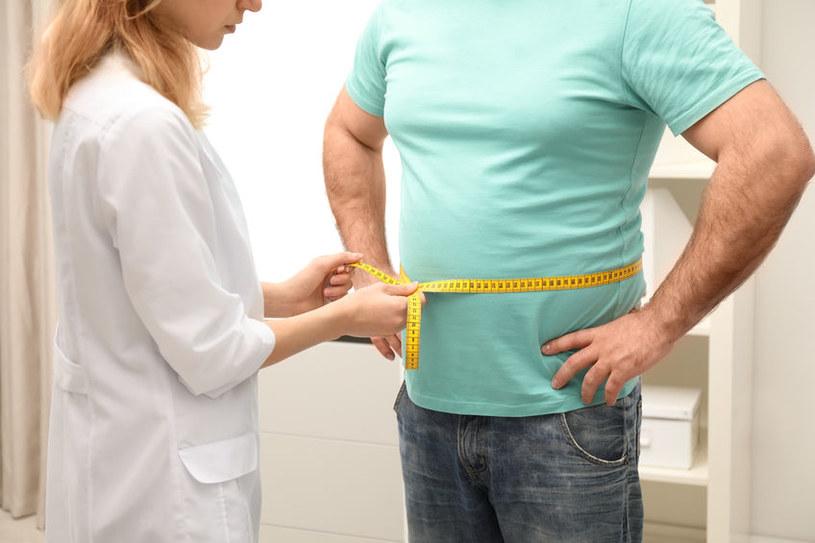 Wykonanie dokładnego pomiaru pomoże zdiagnozować otyłość brzuszną /123RF/PICSEL