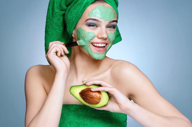 Wykonanie maseczki z awokado nie zajmie dużo czasu. Mieszanka poprawi koloryt skóry i nawilży ją /123RF/PICSEL